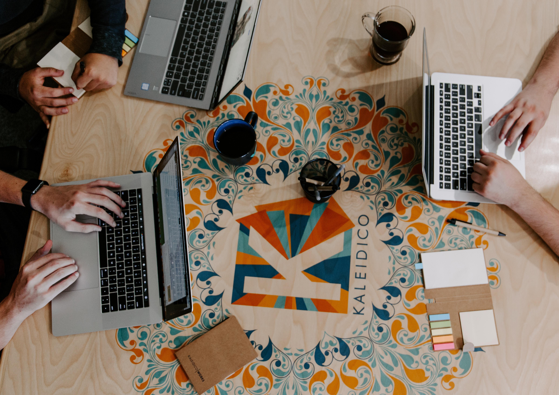 3 macbooks på et bord