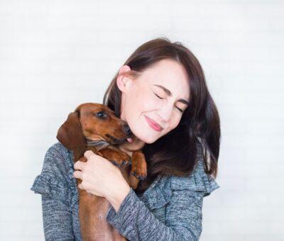 dame med kæledyr
